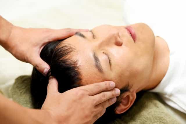 頭皮を圧える 頭皮マッサージのやり方